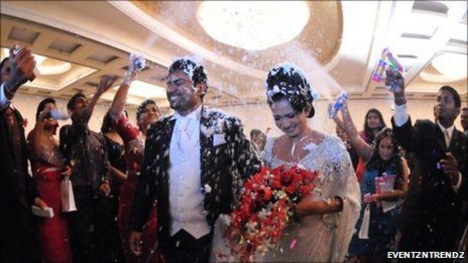 Glitz and tradition at Sri Lanka society wedding - BBC News