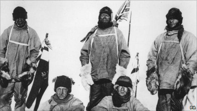 Стоят слева направо - капитан Лоуренс Оутс, капитан Роберт Сокол Скотт, П.О. Эдгар Эванс. Сидят слева направо - лейтенант Генри (Берди) Бауэрс, доктор Эдвард Эдриан Уилсон