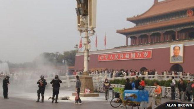 Изображение с места самосожжения на площади Тяньаньмэнь в Пекине (изображение датировано 21 октября 2011 года, авторское право Алана Брауна)