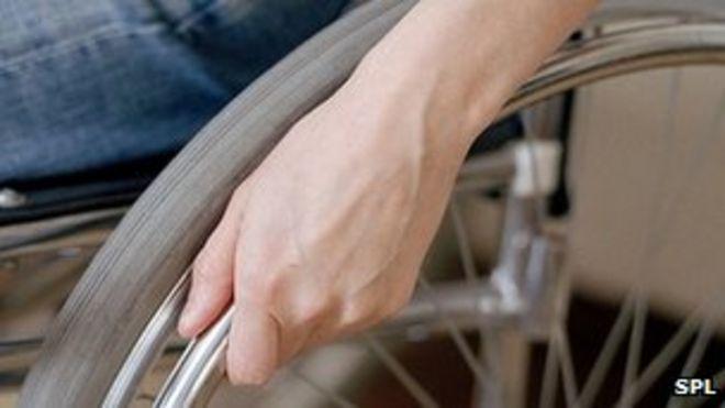 Мужская рука на инвалидной коляске