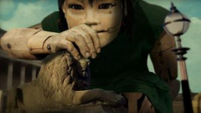 Гигантская девушка в Китайской Арке