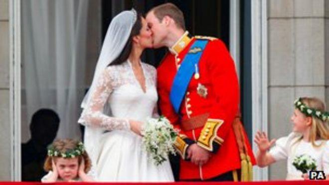 Принц Уильям и его жена Кейт Миддлтон, которой присвоено звание герцогини Кембриджской, целуются на балконе Букингемского дворца в Лондоне после их свадьбы