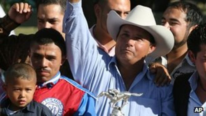 Хосе Тревино Моралес с конным трофеем - фото сентябрь 2010