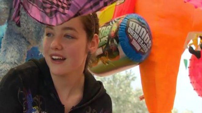 Шелби Холмс работает в развлекательной галерее своих родителей в Тауни