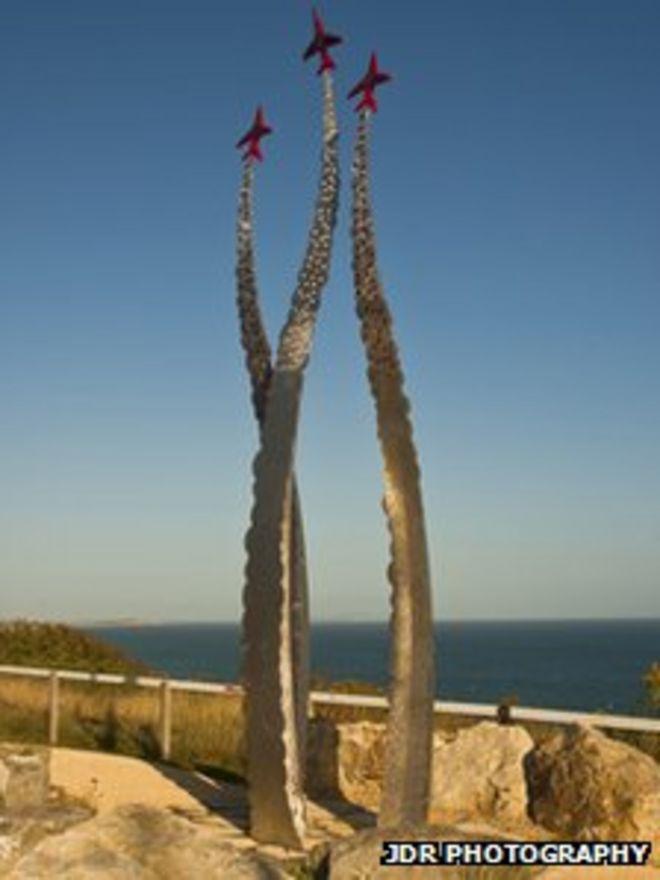 Мемориальная скульптура красных стрел в Борнмуте