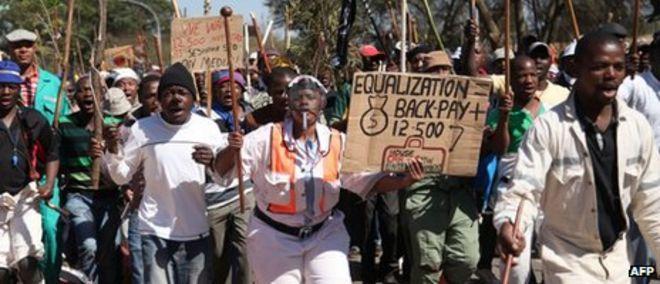 Бастующие шахтеры маршируют 11 сентября 2012 года в Карлтонвилле, к западу от Йоханнесбурга.