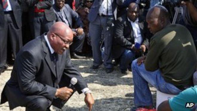 Президент Южной Африки Джейкоб Зума с шахтерами в Марикане (22 августа 2012 года)