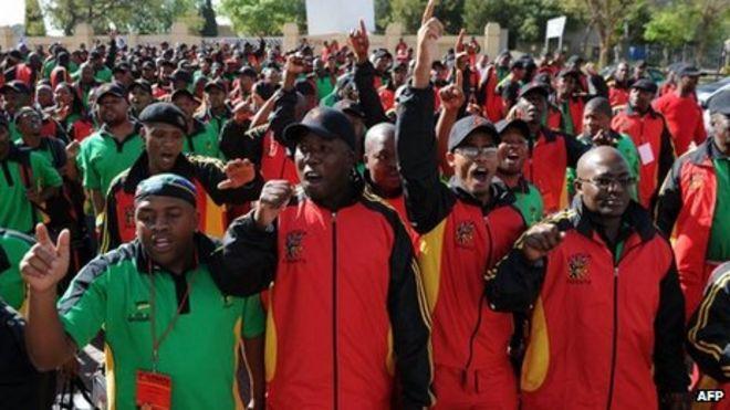 Члены крупнейшей федерации труда Южной Африки Cosatu приветствуют президента Южной Африки Джейкоба Зума 17 сентября 2012 года