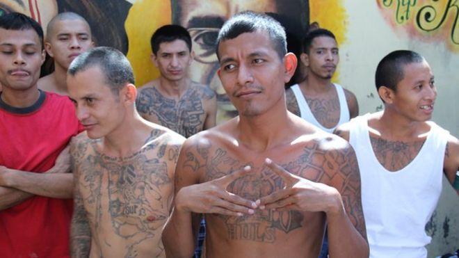 Член 18-й улицы показывает свою верность, делая знак банды