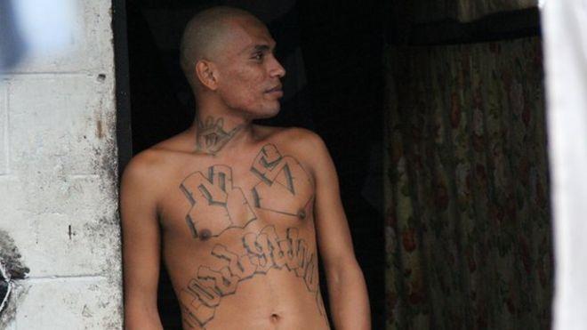 Член банды Мара Сальватруча с татуировками на груди