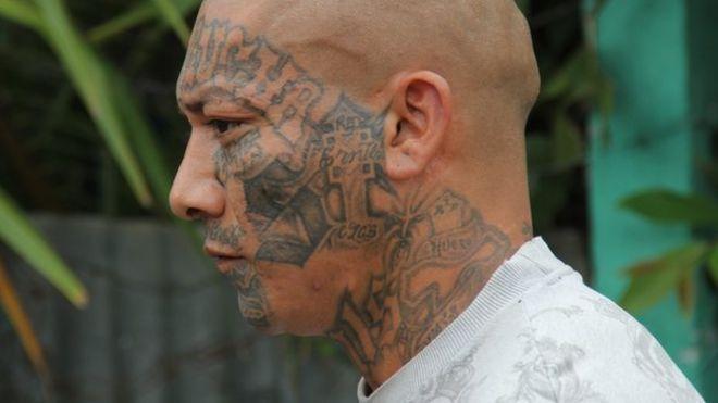 Член банды Мара Сальватруча с татуированным лицом