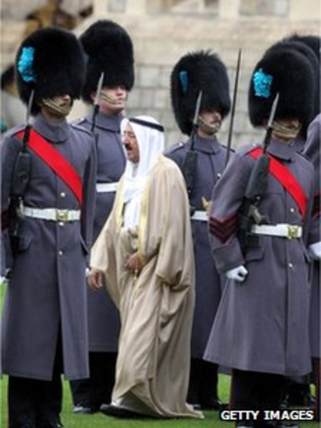 Эмир осматривает почетный караул
