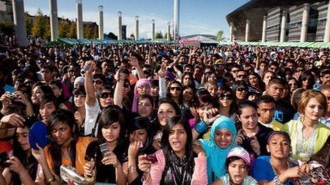 Толпы в Кардиффе Мела
