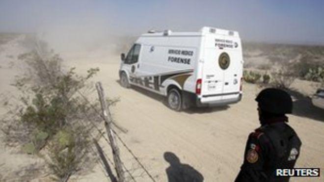 Автомобиль, принадлежащий судебно-медицинским службам, направляется к колодцу, где в понедельник были обнаружены тела