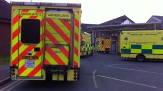 Очередь скорой помощи возле больницы Рексхэм Маелор