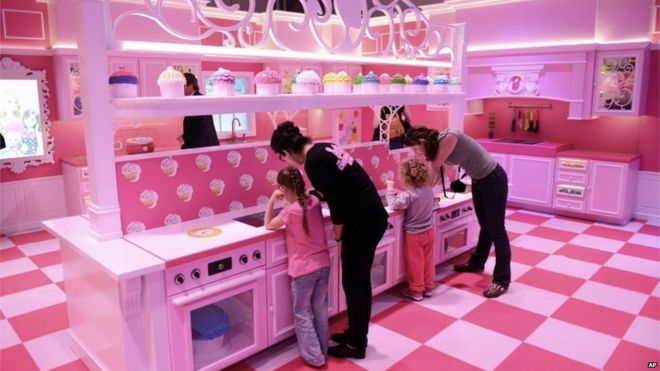 In pictures: Berlin Barbie doll house attracts fans and foes - BBC News