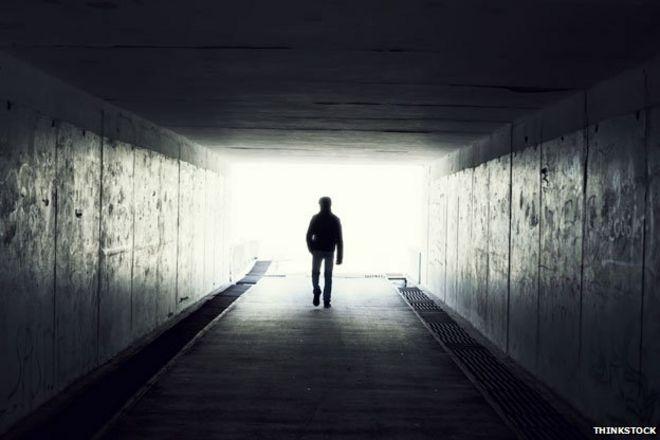 Человек в туннеле идет к свету