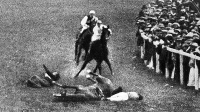 Эмили Дэвисон была поражена лошадью короля во время дерби в 1913 году