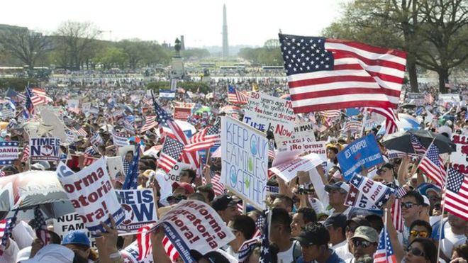 Десятки тысяч сторонников иммиграционной реформы прошли в рамках акции «Митинг за гражданство» на западной лужайке Капитолия в Вашингтоне, округ Колумбия.