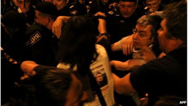 Полиция задержала демонстрантов в центре Москвы поздно вечером 18 июля 2013 года