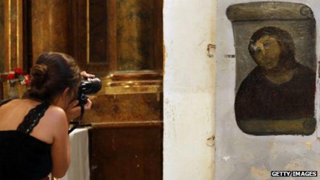 Турист фотографирует Ecce Homo