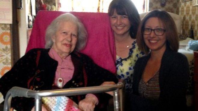 Кэтлин со своими внучками Хелен и Элисон