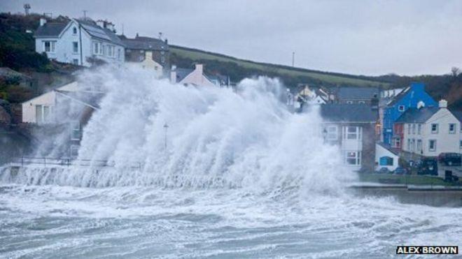 Большая волна поражает Литтл-Хейвен, Пембрукшир