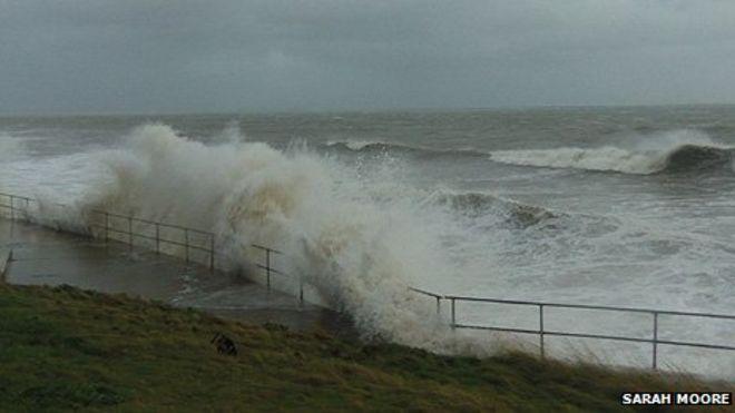 Пена в Амроте - репортер Би-би-си из Пембрукшира Сара Мур сфотографировала волну на побережье