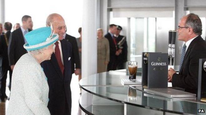 Королева Елизавета II и герцог Эдинбургский в Гиннессе, Дублин.