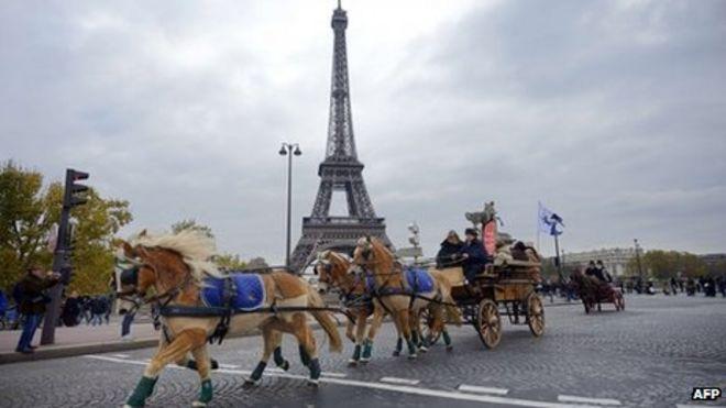 Лошади и всадники на акции протеста в Париже