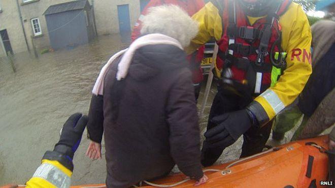 RNLI спасательная команда наводнения на ферме в Llanbedr, Гвинедд