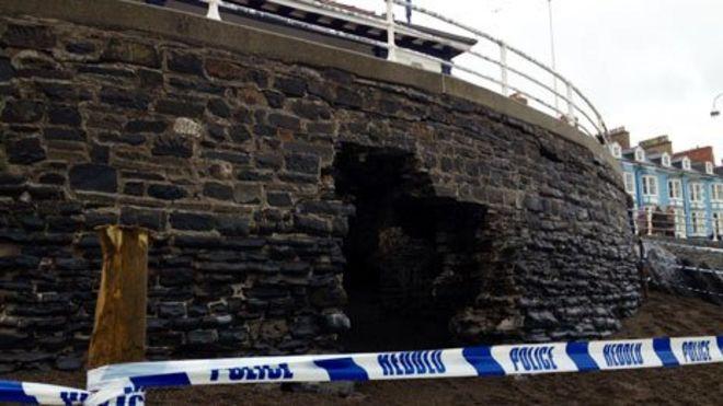 Повреждение морской стены в Аберистуите