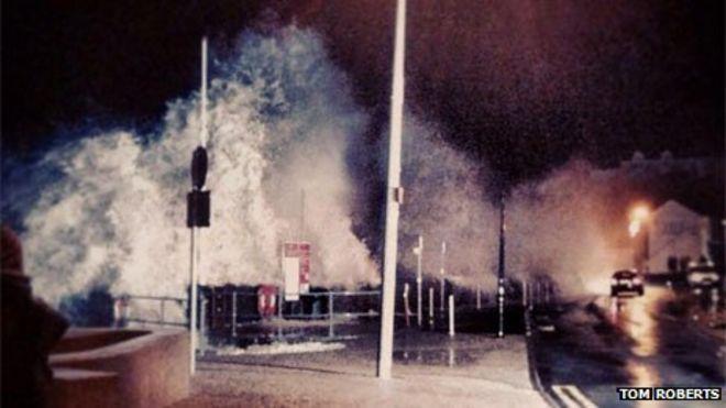 Волны на Пендине в Кармартеншире в пятницу вечером