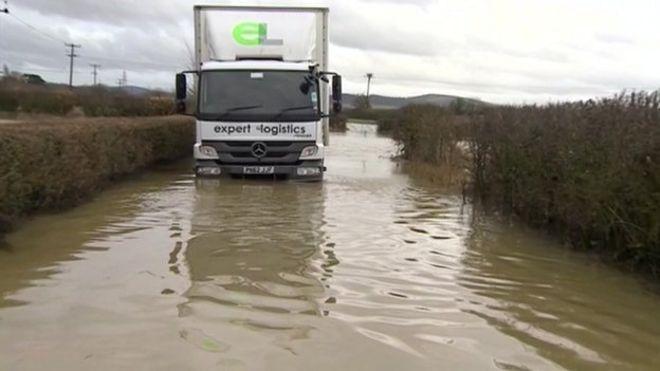 Пожарные использовали автомобиль-амфибию, чтобы спасти двух мужчин, когда их грузовик сломался в паводковой воде в Тьюксбери, графство Глостершир