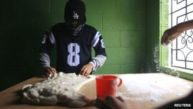 Члены Barrio 18 замешивают тесто в пекарне по соседству в Илопанго (сентябрь 2013 г.) Чаги - один из лидеров банды Сальватручи, базирующийся в Сьюдад-Дельгадо. Лидеры сальватручи в Сьюдад-Дельгадо