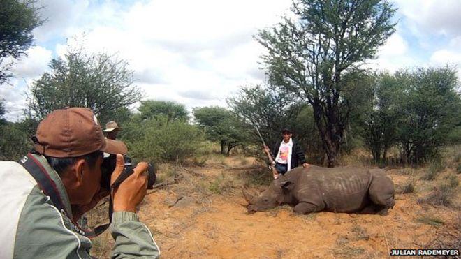 Вьетнамский охотник с мертвым носорогом