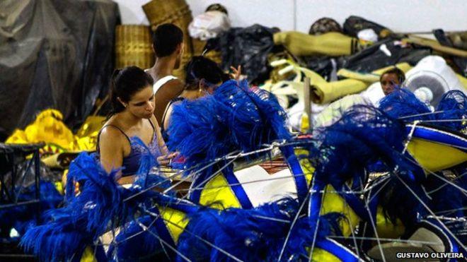 Швеи за работой готовят карнавальные костюмы