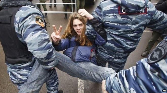 Российские полицейские задержали активиста оппозиции возле зала суда в Москве, Россия, в понедельник, когда были приговорены активисты оппозиции, задержанные на митинге в мае 2012 года на Болотной площади в Москве
