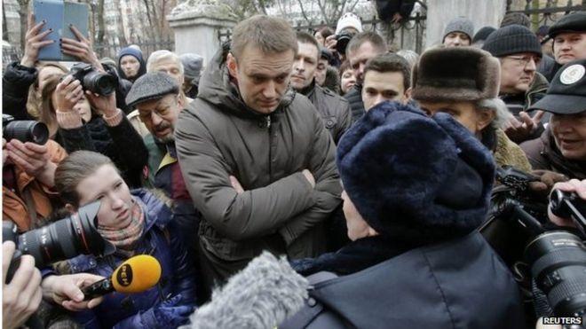 Алексей Навальный беседует с сотрудником милиции возле здания суда в Москве 24 февраля
