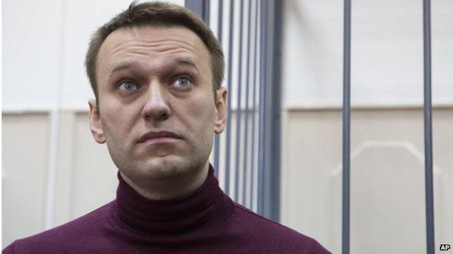 Российский активист оппозиции и антикоррупционный крестоносец Алексей Навальный слушает в зале суда в Москве