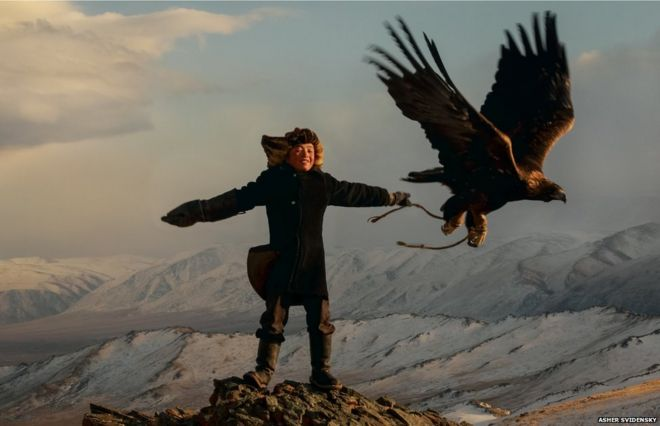 Irka Bolen training his eagle