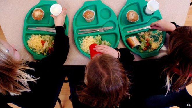 Дети едят школьные обеды