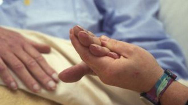 Картина работника хосписа с пациентом