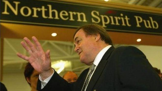 Джон Прескотт в аэропорту Ньюкасла проводит кампанию за голосование «Да» на референдуме о северо-восточном региональном собрании 2004 года