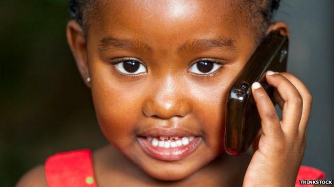 Молодая африканская девушка разговаривает по мобильному