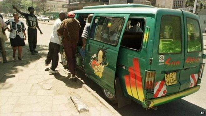 Двое мужчин садятся в окрашенный в зеленый микроавтобус в Найроби