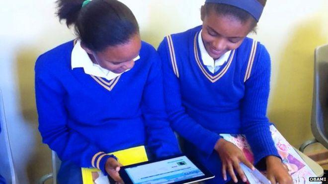 Девочки смотрят на планшетный компьютер