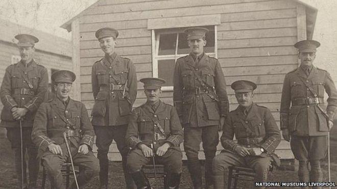 Офицеры из 19-го батальона Ливерпульских приятелей в парке Ноусли