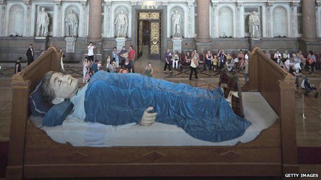 Бабушка спит в Георгиевском зале
