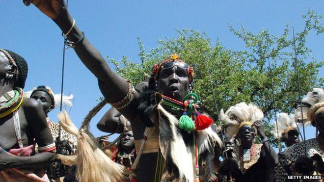 Сторонники независимости празднуют в традиционном костюме в Южном Судане, февраль 2011 г.